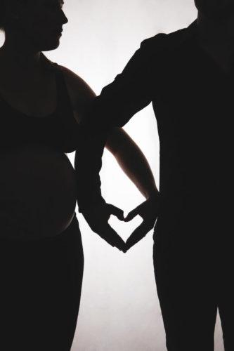 photographie grossesse couple noir et blanc