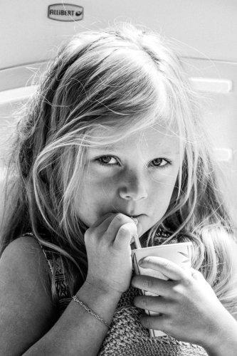 portrait enfant noir et blanc anniversaire