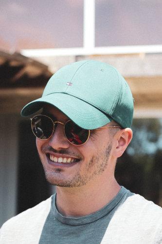 portrait homme lunettes casquette