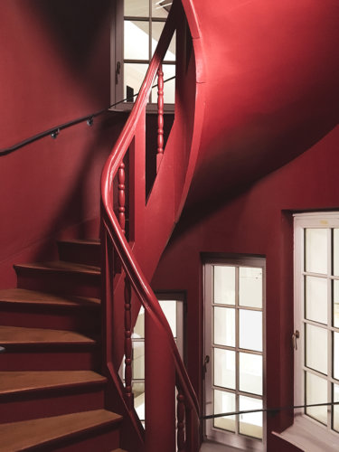 architecture rouge escalier